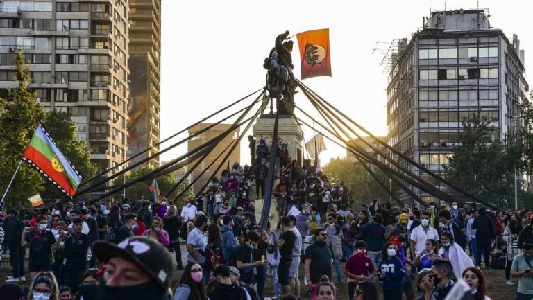 Chilenos aprueban cambiar la Constitución por inmensa mayoría