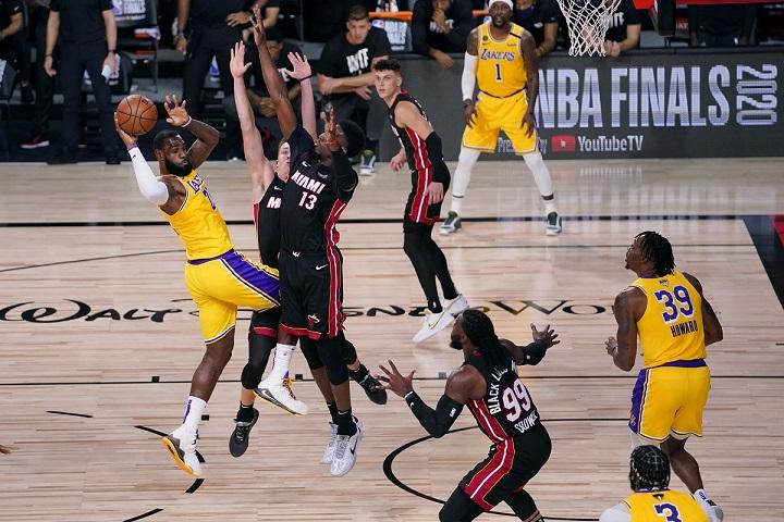 Los Lakers arrollaron a los Heat de Miami en el inicio de final de la NBA