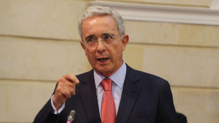 Tribunal concede al ex presidente de colombiano Álvaro Uribe libertad inmediata