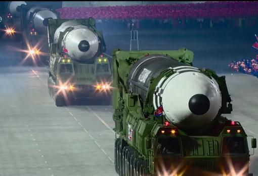Corea del Norte luce nuevos misiles en un gran desfile nocturno y sin mascarillas