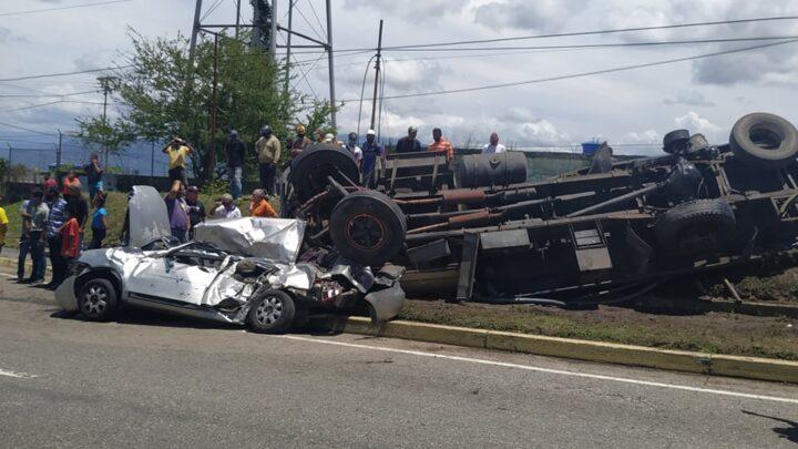 """Choque con vuelco entre un camión cisterna y un pequeño automóvil deja dos personas lesionadas a la entrada de la Urb """"Prados Norte"""" en San Felipe."""