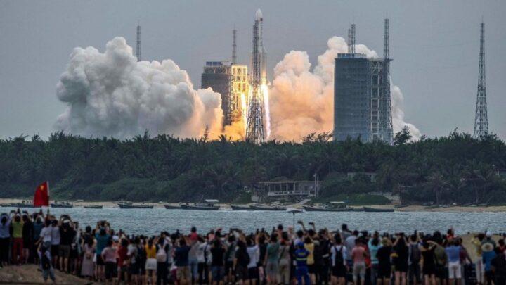 La agencia espacial rusa precisa la hora y el lugar de caída del cohete chino descontrolado