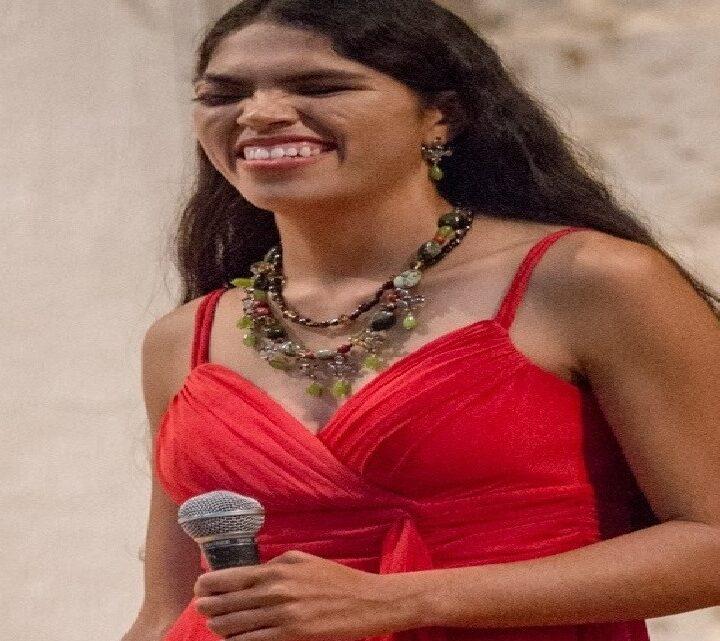 Laura Baeza Rodríguez: la cantante invidente urbana que le canta al amor  en las calles de México
