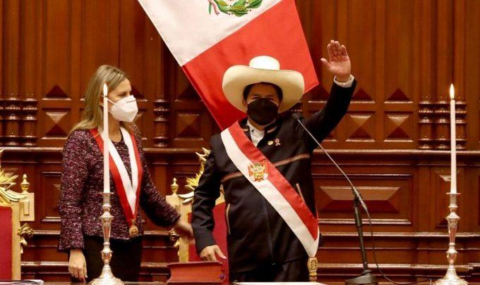 «Juro por un país sin corrupción y una nueva Constitución»: Pedro Castillo asume la presidencia de Perú
